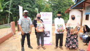 Dokumentasi penyerahan bantuan paket sembako untuk lansia