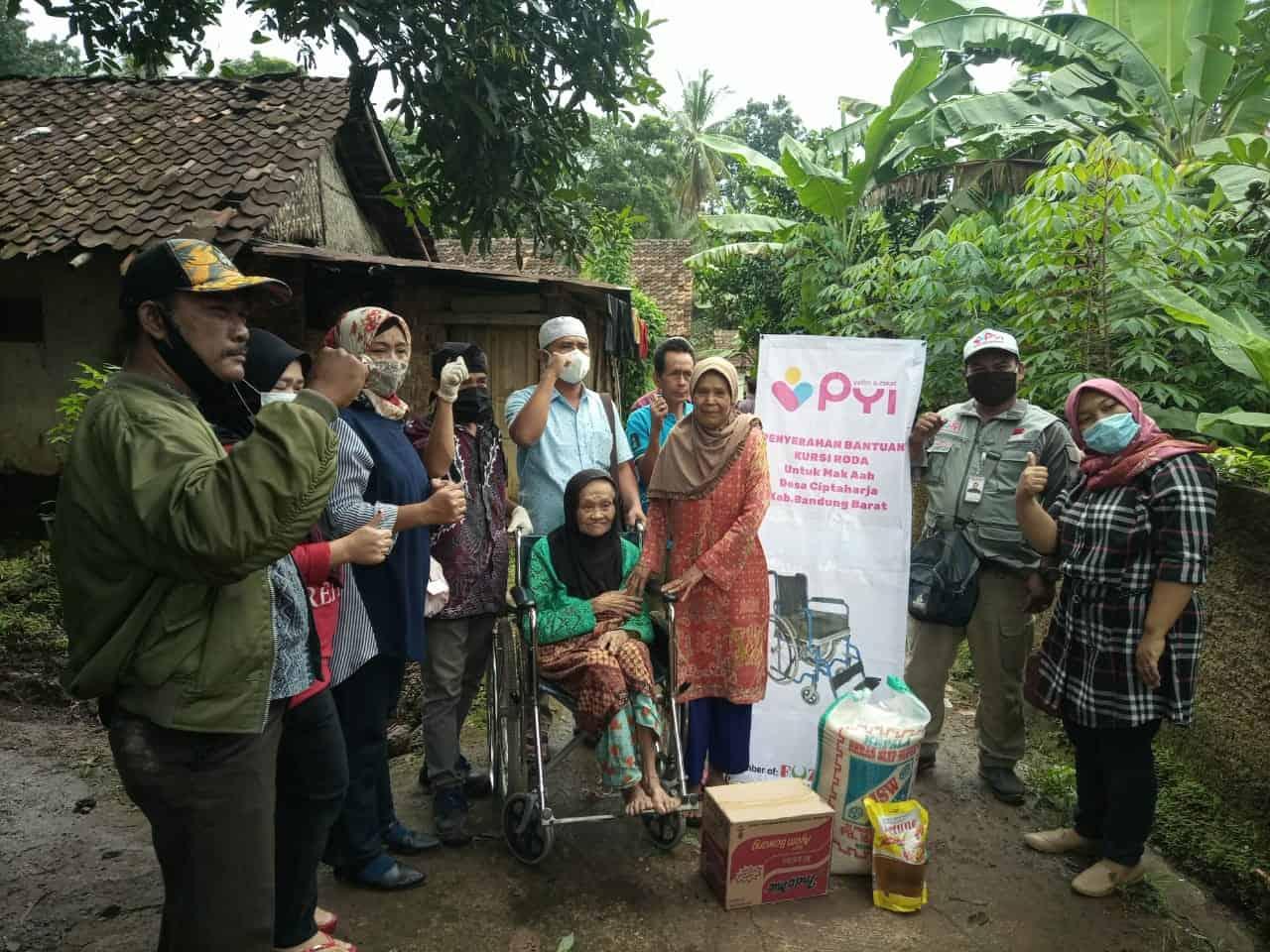penyaluran bantuan kursi roda dan sembako untuk disabilitas