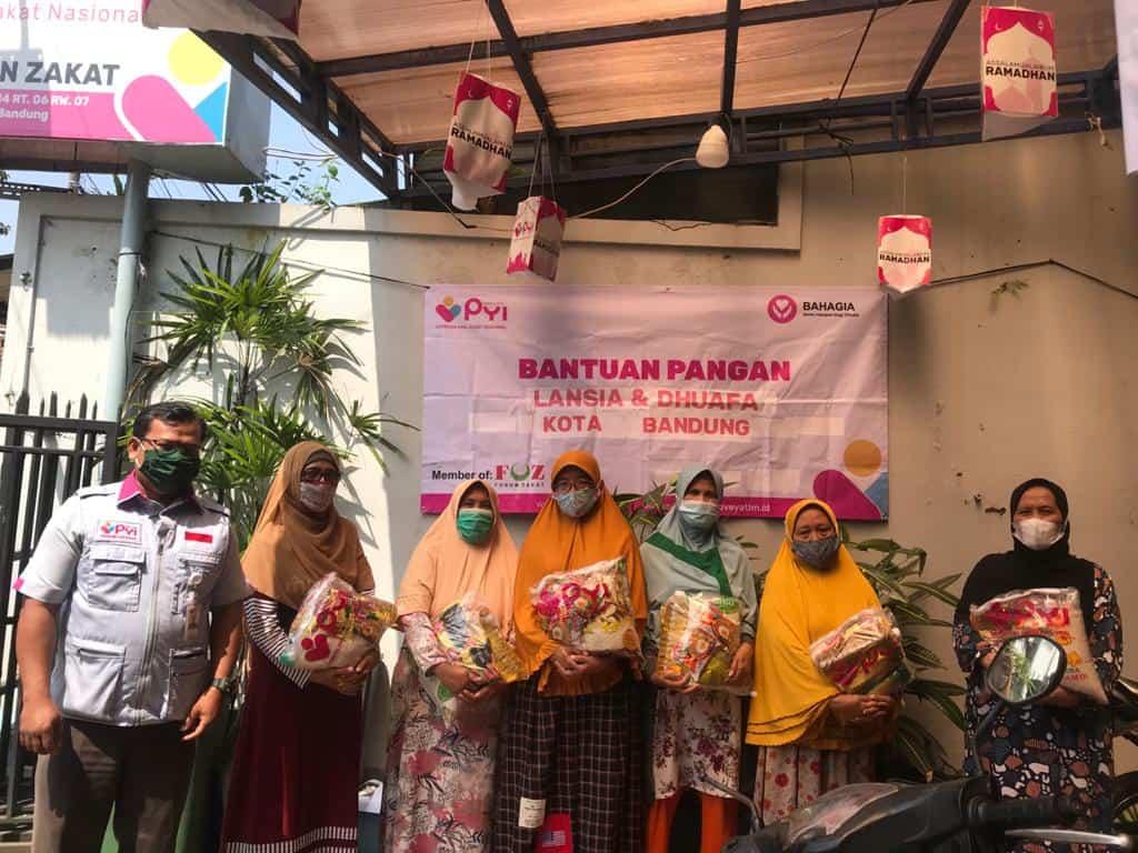 Penyaluran bantuan pangan bagi lansia